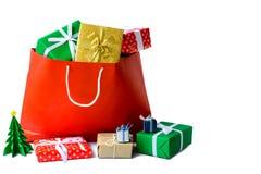 boîte-cadeau dans l'isolat rouge de sac Photo stock