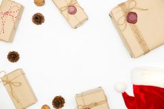 Boîte-cadeau dans la couleur de brun de vintage et chapeau de Noël sur le wh d'isolement image libre de droits