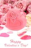 Boîte-cadeau dans la forme de coeur avec des roses et des pétales Photographie stock libre de droits