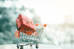 Boîte-cadeau dans le petit chariot au sujet du concept en ligne de achat Photos libres de droits
