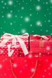 boîte-cadeau dans le sac et le centre commercial backgr blanc et vert de neige Photos libres de droits