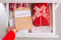 Boîte-cadeau dans le tiroir Image stock
