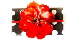 Boîte-cadeau dans les points de polka noirs et blancs Fond blanc, ri rouge Photos stock