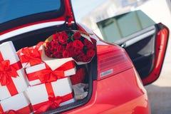 Boîte-cadeau dans un transporteur de bagage de la voiture rouge Photo stock