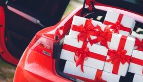 Boîte-cadeau dans un transporteur de bagage de la voiture rouge Image libre de droits