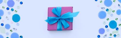 Boîte-cadeau de bannière sur le fond en pastel de fête Photo stock