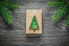 Boîte-cadeau de branche de pin sur le conseil en bois Photo libre de droits