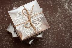 Boîte-cadeau de Brown avec le mélange en bois de décorations de Noël sur le fond de Brown Décorations en bois de laser Cupt Photos stock
