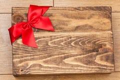 Boîte-cadeau de Brown avec le rouge Photos stock
