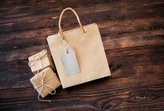 Boîte-cadeau de carton de papier d'emballage de maquette et paquet de poignée sur le fond en bois pour la conception, site Web, f Photos libres de droits