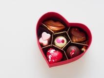 Boîte-cadeau de chocolat de Valentine dans la forme de coeur d'isolement au-dessus du fond blanc Image stock