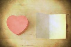 Boîte-cadeau de coeur et carte roses - rétro sale Images stock