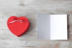 Boîte-cadeau de coeur et carte vierge - blanchis Photo libre de droits