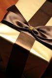 Boîte-cadeau de couleur d'or images libres de droits