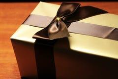 Boîte-cadeau de couleur d'or photographie stock