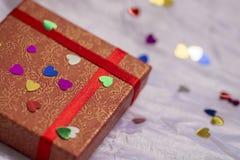 Boîte-cadeau de couleur rouge avec les coeurs colorés, Saint-Valentin, épousant Images stock