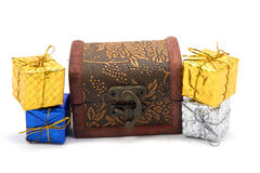 Boîte-cadeau de décoration avec le coffre au trésor photographie stock libre de droits