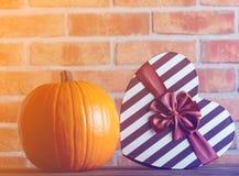 Boîte-cadeau de forme de potiron et de coeur d'automne Image stock