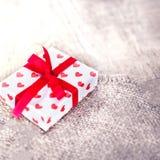 Boîte-cadeau de jour de valentines avec des coeurs sur le fond en bois Photographie stock