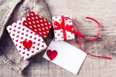 Boîte-cadeau de jour de valentines avec le ruban d'arc, le papier et les coeurs rouges o Photographie stock