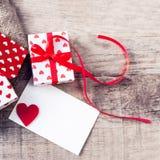 Boîte-cadeau de jour de valentines avec le ruban d'arc, le papier et les coeurs rouges o Image libre de droits