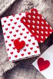 Boîte-cadeau de jour de valentines avec le ruban d'arc, le papier et les coeurs rouges o Photographie stock libre de droits