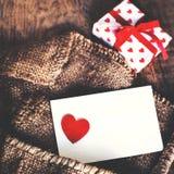 Boîte-cadeau de jour de valentines avec le ruban d'arc, le papier et les coeurs rouges o Image stock