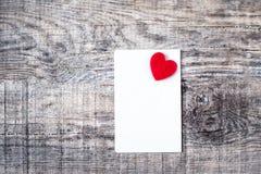 Boîte-cadeau de jour de valentines avec le ruban, le papier et les coeurs rouges d'arc dessus Photo stock