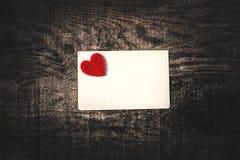 Boîte-cadeau de jour de valentines avec le ruban, le papier et les coeurs rouges d'arc dessus Photos libres de droits