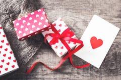 Boîte-cadeau de jour de valentines avec le ruban, le papier et les coeurs rouges d'arc dessus Images libres de droits