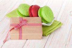 Boîte-cadeau de jour de valentines et macarons colorés Image libre de droits