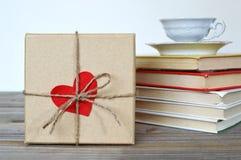 Boîte-cadeau de jour de valentines sur la table en bois Images libres de droits