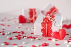 Boîte-cadeau de jour du ` s de Valentine avec des présents et des décorations Sur le fond rose Images libres de droits