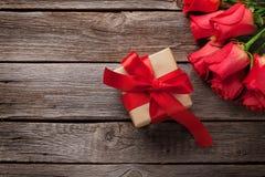 Boîte-cadeau de jour de valentines et roses rouges photographie stock