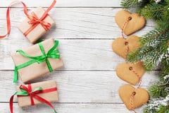 Boîte-cadeau de Noël, arbre de sapin et biscuits Photographie stock libre de droits