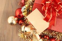 Boîte-cadeau de Noël avec des décorations et boule de couleur sur le bois Image libre de droits