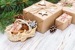 Boîte-cadeau de Noël avec la décoration sur la table en bois photo stock