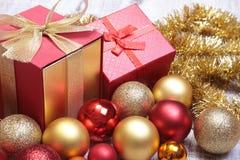 Boîte-cadeau de Noël avec le rouge et les boules d'or Photos libres de droits