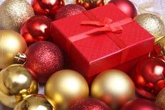 Boîte-cadeau de Noël avec le rouge et les boules d'or Photo stock