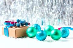 Boîte-cadeau de Noël avec le ruban et décoration de Noël sur un fond blanc Photos libres de droits