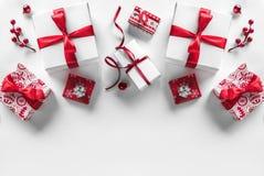 Boîte-cadeau de Noël avec le ruban et la décoration rouges sur le fond blanc Thème de Noël et de bonne année, neige images stock