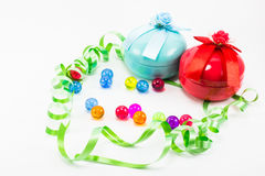 Boîte-cadeau de Noël avec le ruban vert sur le fond blanc Photo stock