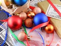 Boîte-cadeau de Noël avec les boules et l'argent de Noël Images libres de droits