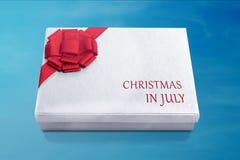 Boîte-cadeau de Noël blanc avec le ruban rouge Photos libres de droits