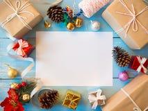 Boîte-cadeau de Noël, boule de glister, cloche d'or et cône de pin image libre de droits