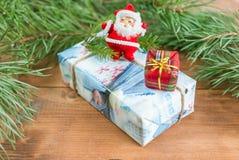 Boîte-cadeau de Noël, branches impeccables et Santa Claus photos libres de droits