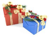 Boîte-cadeau de Noël décoré par deux d'isolement Photographie stock libre de droits