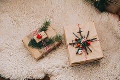 Boîte-cadeau de Noël dans l'habillement du ` s de moutons Photos libres de droits