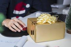 Boîte-cadeau de Noël dans le bureau Image stock