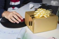 Boîte-cadeau de Noël dans le bureau Photos stock